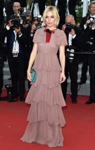 Sienna Miller con un vestido rosa con volantes de la firma Gucci colección Fall 2015.