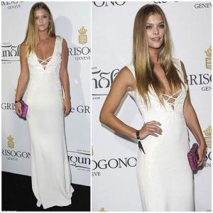 Nina Agdal con un vestido blanco de Gyunel.