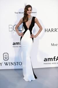 Izabel Goulart con un vestido blanco y negro de Gyunel.