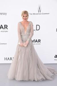 Hofit Golan con un vestido gris de corte princesa de Jean Fares Couture.