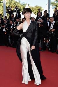 Li Yuchun con un original jumpsuit blanco con vestido negro asimétrico por encima de Jean-Paul Gaultier Spring 2015.