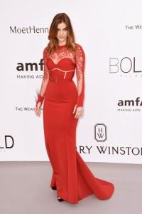 Barbara Palvin con un vestido rojo de La Perla Atelier.