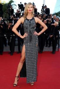Karlie Kloss con un vestido de cuadros brillantes de Louis Vuitton.