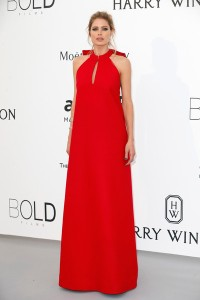 Doutzen Kroes con un vestido rojo de Maison Margiela Couture Spring 2015.