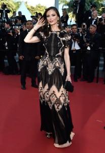 Georgina Champan, una de las dos diseñadoras de Marchesa, con un vestido negro y salmón con flores diseñado por ella misma.