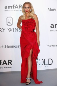 Rita Ora con un vestido rojo en forma de rosa de Marchesa Fall 2015.