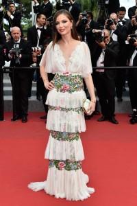 Georgina Chapman con un vestido blanco de volantes con estampado florales de su firma Marchesa.