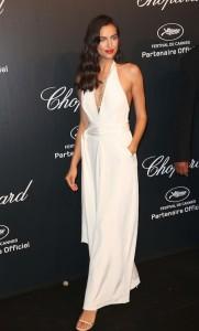 Irina Shayk con un jumpsuit blanco de Misha Nonoo.