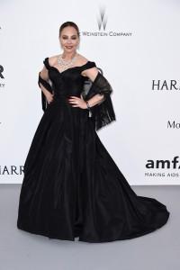 Ornella Muti con un vestido negro de corte princesa de Olga Kurylenko.