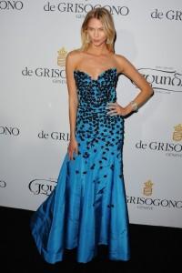 Karlie Kloss con un vestido azul con estampado negro de Oscar de la Renta Fall 2015.