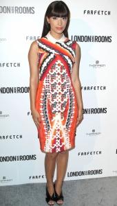 Hannah Simone con un vestido con estampados en tono naranja.