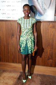 Lupita Nyong'o con un vestido con estampado en tonos verdes y amarillos.