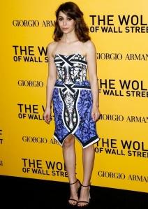 Cristin Milioti con un vestido sin tirantes en tonos azules y negros.