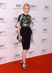 Cate Blanchett con un vestido de dos piezas formado por falda negra y blusa estampada de la colección Spring 2013.