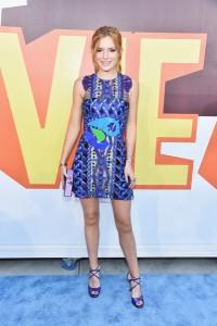 Bella Thorne con un vestido con estampados en tonos azules de la colección Spring 2015.