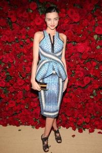 Miranda Kerr con un vestido de estampados en tonos azules de la colección spring 2012.