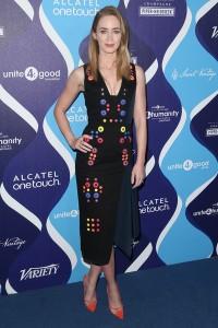 Emily Blunt con un vestido negro con estampado geométrico de la colección Spring 2015.