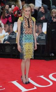 """Taylor Schilling en el estreno de """"The Lucky One"""" con un vestido multicolor."""