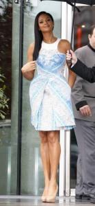 Alesha Dixon con un vestido blanco con estampados azules de la colección Spring 2012.