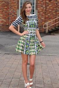 La modelo Miranda Kerr con un modelo en tonos verdosos y amarillos.