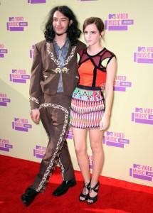 Emma Watson en los MTV Music Awards con una blusa en naranaja y una falda estampada.
