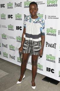 Lupita Nyong'o con un dos piezas formado por blusa de manga corta con estampado en fondo claro y pantalon corto con estampado en fondo oscuro de la colección Resort 2014.