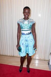 Lupita Nyong'o con un vestido en tonos azules con estampados florales.