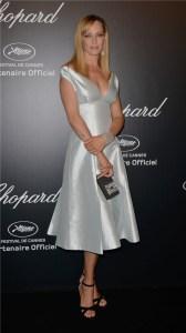 Uma Thurman con un vestido corto de color blanco de la firma Prada.