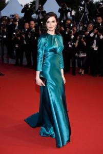 Rachel Weisz con un vestido azul de raso de la firma Prada.