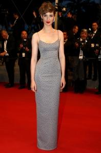 Louise Bourgoin con un vestido azul con incrustaciones de la firma Prada.