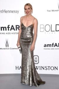Sienna Miller con un vestido plateado de tirantes de Ralph Lauren Fall 2015.