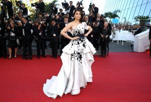 Aishwarya Rai maravillosa con este vestido blanco con estampado en negro de la firma Ralph & Russo Fall 2014.