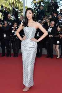 Liu Wen con un vestido blanco con incrustaciones de Ralph & Russo colección Fall 2014.