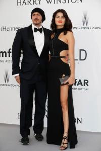 Isabeli Fontana con un vestido negro de Redemption Choppers.