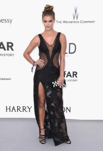 Nina Agdal con un vestido negro con transparencias de Redemption Choppers.