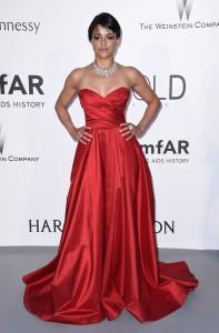Michelle Rodriguez con un vestido rojo de corte princesa de Romona Keveza Evenings.