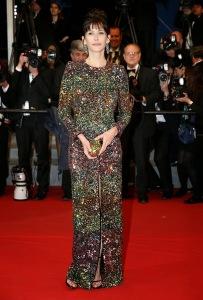 Sophie Marceau con un vestido de paillettes multicolor de Saint Laurent.