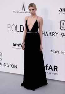 Lily Donaldson con un vestido negro de finos tirantes de Sain Laurent.
