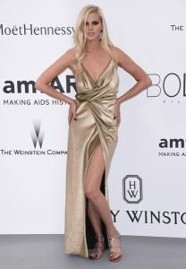 Lara Stone con un vestido dorado de tirantes de Yves Saint Laurent.