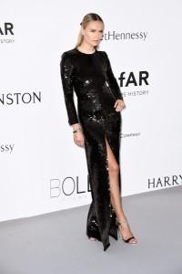 Natasha Poly con un vestido negro de paillettes de Saint Laurent.