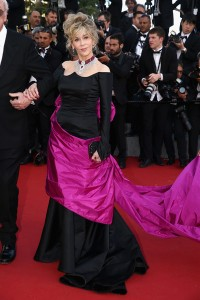 Jane Fonda con un vestido negro y rosa de la firma Schiaparelli Couture.