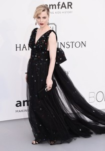 Melissa George con un vestido negro con pequeñas estrellas de colores de Schiaparelli Couture Spring 2015.