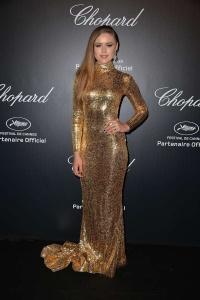 Kristina Bazan con un vestido dorado de paillettes de Shady Zeineldine.