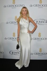 Natasha Poly con un vestido blanco de escote asimétrico de Sophie Theallet.