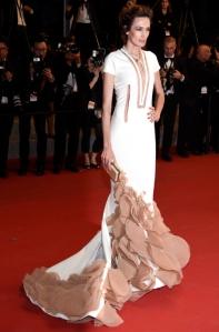 Nieves Álvarez con un vestido de manga corta blanco y marrón claro de Stephane Rolland colección Spring 2015.