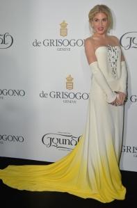 Hofit Golan con un vsetido blanco y amarillo de Stephane Rolland Couture Spring 2014.