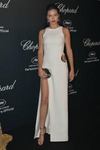 Adriana Lima con un vestido blanco con gran corte lateral en la falda de Thierry Mugler Spring 2015.