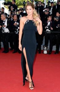 Doutzen Kroes con un vestido negro de Thierry Mugler colección Pre-Fall 2015.