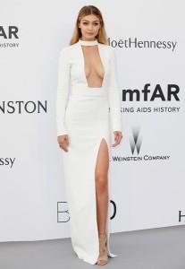 Gigi Hadid con un escotado vestido blanco del diseñador Tom Ford.
