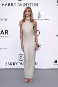 Karlie Kloss con un vestido blanco de paillettes del diseñador Tom Ford.